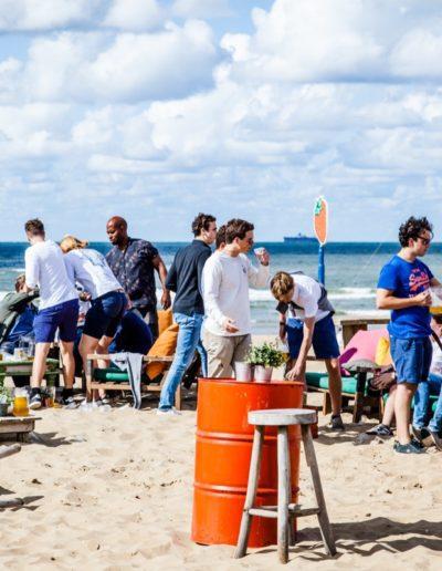 bedrijfsuitje op het strand